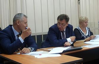 Иван Стариков (в центре) с адвокатом Вячеславом Казаковым и председателем Новосибирской городской избирательной комиссии Ольгой Благо (слева направо)