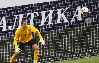 Голкипер сборной Азербайджана Камран Агаев во время товарищеского матча с командой России 3 сентября