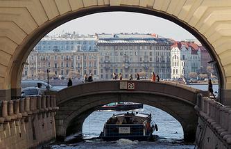 Прогулочный катер в Зимней канавке, соединяюшей Неву и Мойку в Санкт-Петербурге