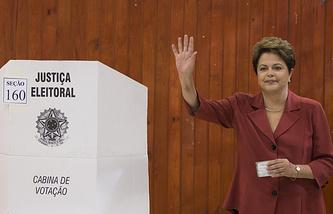 Дилма Роуссефф на избирательном участке в Порту-Алегри