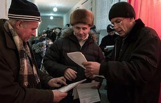 Жители Луганска во время голосования