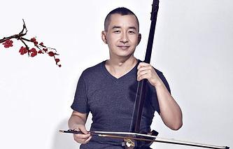 Композитор Джордж Гао с древнейшим китайским музыкальным инструментом эрху