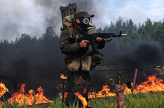 Ежегодные учения химбригады Центрального военного округа, 21 августа 2014 года. Военнослужащий бригады радиационной, химической и биологической защиты