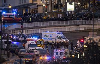 У магазина кошерных продуктов на окраине Парижа в день трагедии 9 января