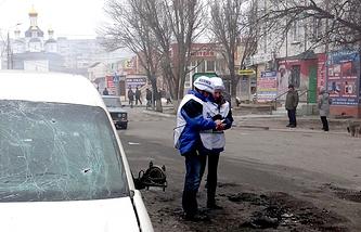 Сотрудники ОБСЕ на месте обстрела одного из жилых районов Мариуполь, 24 января 2014 года