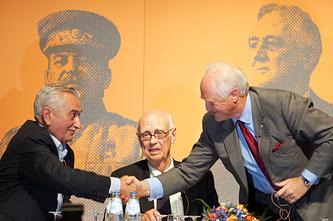 Внуки Сталина, Рузвельта и Черчилля Евгений Джугашвили, Кертис Рузвельт и Уинстон Черчилль во время встречи в голландском городе Маастрихте в 2005 году