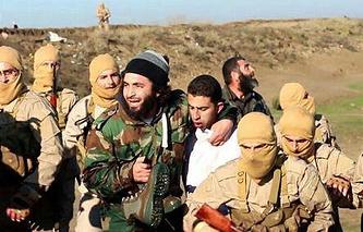 Пилот иорданских ВВС Муаз Юсеф аль-Касасба в окружении боевиков ИГ