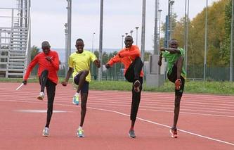 Кенийские легкоатлеты на тренировке в Поволжской академии спорта