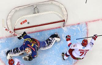 Эпизод из матча между сборными России и Швеции на Кубке Первого канала