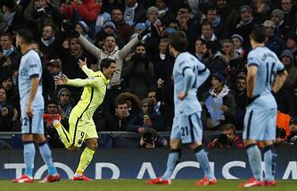"Форвард ""Барселоны"" Луис Суарес (второй слева) после гола в ворота ""Манчестер Сити"""