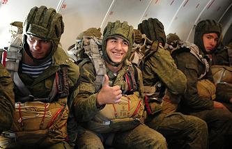 Десантники подразделения 83-й отдельной десантно-штурмовой бригады в самолете перед прыжком с парашютом