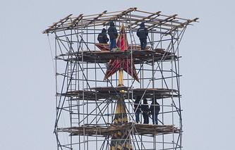 Звезда на Спасской башне Московского Кремля. Декабрь 2014 года