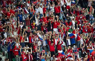 Болельщики сборной России во время матча Евро-2012 против команды Чехии