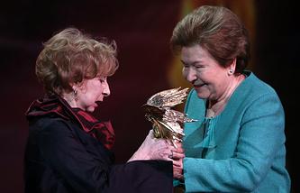 Лия Ахеджакова (слева) и Наина Ельцина (справа)