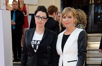 Сью Перкинс (слева)