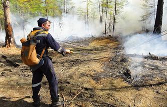 Сотрудник МЧС во время тушения лесных пожаров
