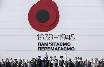 """Президент Украины Петр Порошенко (в центре) на торжествах у монумента """"Родина-мать"""" по случаю 70-й годовщины Победы над нацизмом"""