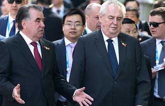 Президент Республики Таджикистан Эмомали Рахмон и президент Чехии Милош Земан перед началом церемонии возложения цветов к Могиле Неизвестного Солдата