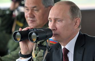 Президент России Владимир Путин и министр обороны РФ Сергей Шойгу