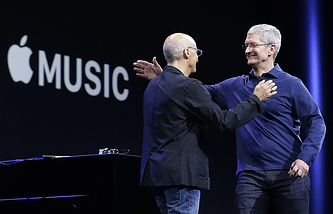 Сооснователь компании Beats Джимми Йовин и генеральный директор Apple Тим Кук