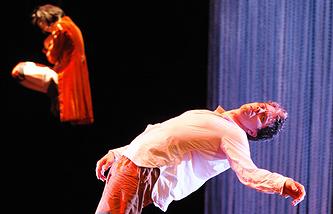 """Джеймс Тьере в своем спектакле """"До свиданья, зонтик"""""""