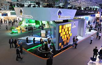 """Стенд компании """"Роснефть"""" во время  Петербургского международного экономического форума 2014"""