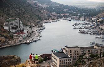 Примерно 50% туристов приезжают в Крым для пляжного отдыха. На фото: вид на Балаклаву