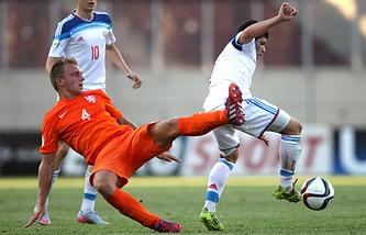 Эпизод из матча между сборными России и Нидерланов на ЧЕ среди юношей
