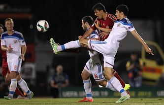 Эпизод из матча между юношескими сборными России и Испании