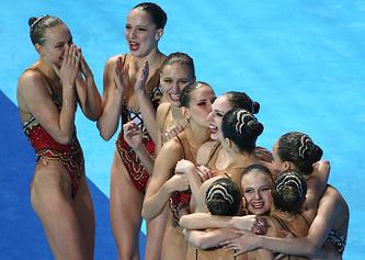 Спортсменки сборной России во время выступления с произвольной программой в финале соревнований по синхронному плаванию в свободной комбинации на XVI чемпионате мира по водным видам спорта