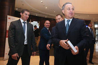 Министр спорта Российской Федерации Виталий Мутко (справа) перед началом внеочередной конференции Российского футбольного союза