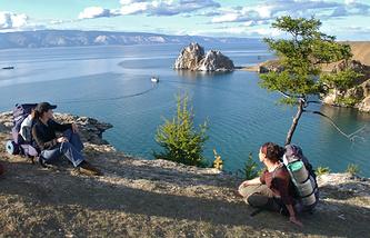 Туристы во время отдыха у пролива Малое Море озера Байкал