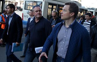 Максим Ликсутов (справа) во время осмотра платной парковки и дорожной инфраструктуры на Садовом кольце
