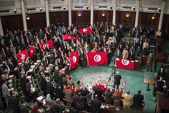 """Национальная учредительная ассамблея Тунисской Республики после утверждения новой конституции страны, 26 января 2014 года. Подготовка проекта конституции была завершена спустя три года после """"жасминовой революции"""""""