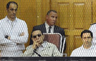 Хосни Мубарак (в центре)