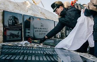 Мемориальная доска в память о погибшем в Сирии командире бомбардировщика Су-24 Олеге Пешкове