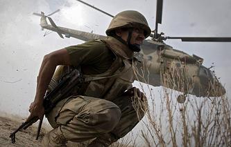 Пакистанский военнослужащий на фоне вертолета Ми-17. Пакистан, 2009 год