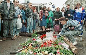 Москвичи возлагают цветы к месту гибели защитников Дома правительства, 1991 год