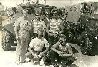 Чеслав Млынник (на фото - крайний слева) на базе рижского ОМОНа в августе 1991 года