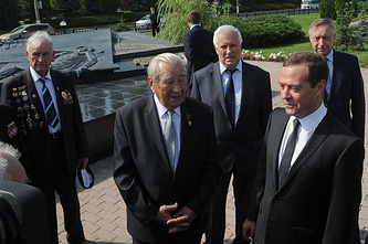 Дмитрий Медведев (справа) встретился с ветеранами в рамках рабочей поездки в Курскую область
