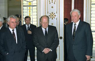 Леонид Кравчук, Станислав Шушкевич и Борис Ельцин (слева направо) после подписания Беловежских соглашений