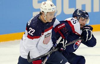 Кевин Шаттенкирк (слева) в матче за сборную США на Олимпиаде в Сочи