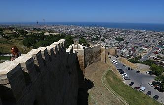 Вид на Дербент с цитадели Нарын-Кала, являющейся частью Дербентской крепости