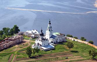 Успенский собор и колокольня Никольской церкви на территории Успенского монастыря в Свияжске