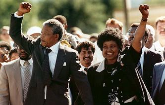 Нельсон Мандела и его жена Винни Мандела сразу после освобождения борца с апартеидом из тюрьмы, 1990 год