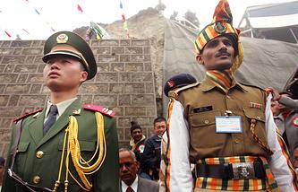 Солдат НОАК (слева) и солдат ВС Индии (справа) на своем посту на границе Индии и Китая в районе штата Сикким (перевал Нату-Ла)
