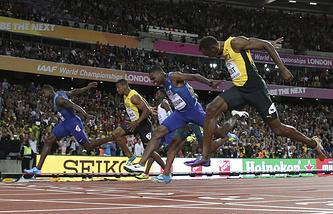 Финиш финального забега на 100 м на чемпионате мира по легкой атлетике в Лондоне