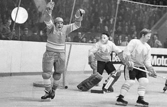 Советский форвард Александр Мальцев празднует заброшенную шайбу