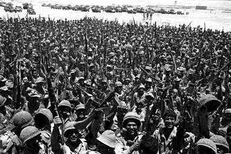 Израильские солдаты ликуют после победы в войне с арабскими странами, 1967 год