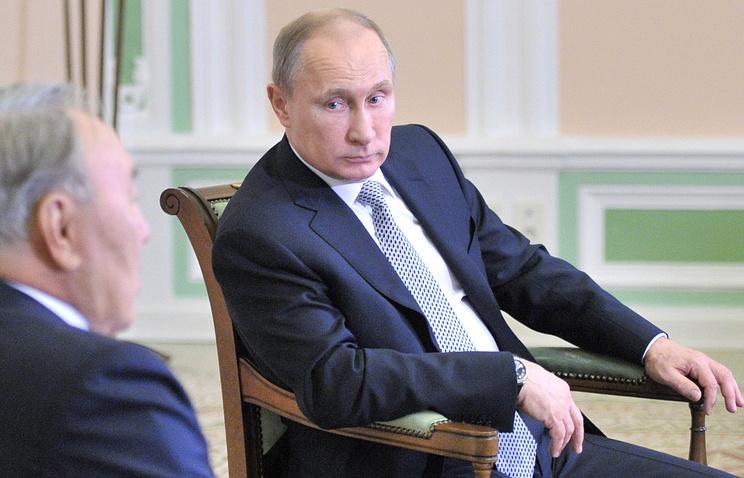 Президент Казахстана Нурсултан Назарбаев и президент РФ Владимир Путин (слева направо) во время встречи в Екатеринбурге